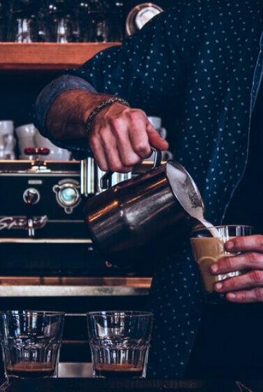 Barista am Kaffeezubereiten