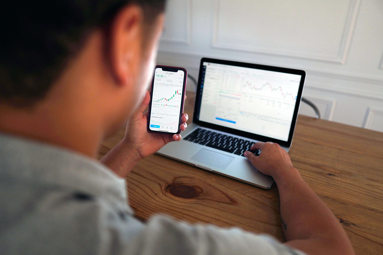 Finanzen an Laptop und Handy