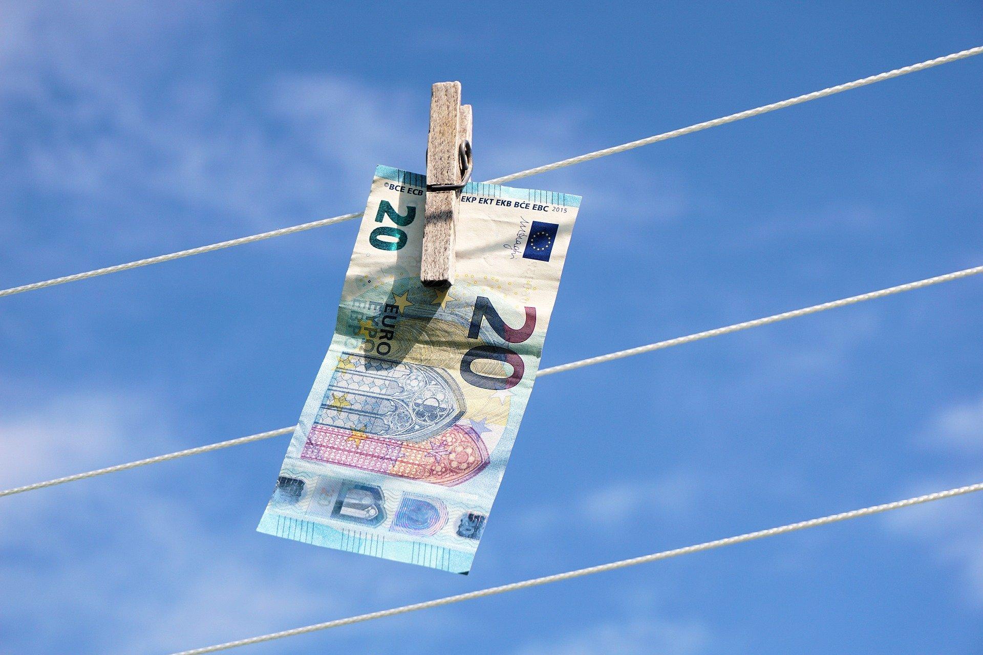 zwanzig Euroschein an einer Wäscheleine